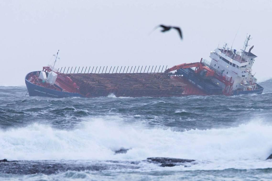正當維京天空號救援行動開始的同時,另一艘載滿原木材的挪威籍貨輪「哈格蘭隊長號」(...