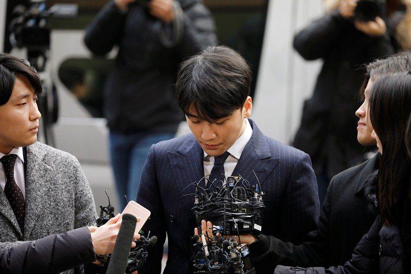 南韓娛樂圈「勝利事件」也涉及性愛影片偷拍事件。圖為男子團體BIGBANG成員勝利...