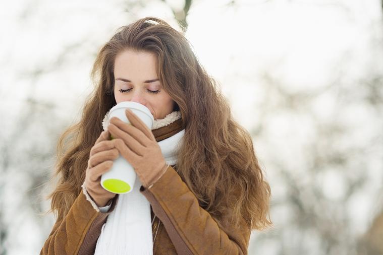 咖啡因會促使你排尿,而尿液比周圍溫度還高,這會減少身體的熱能,讓體溫下降。 圖/...