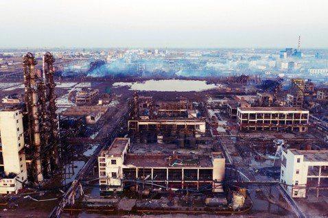 爆炸後滿目瘡痍的天嘉宜化工廠園區。 圖/路透社