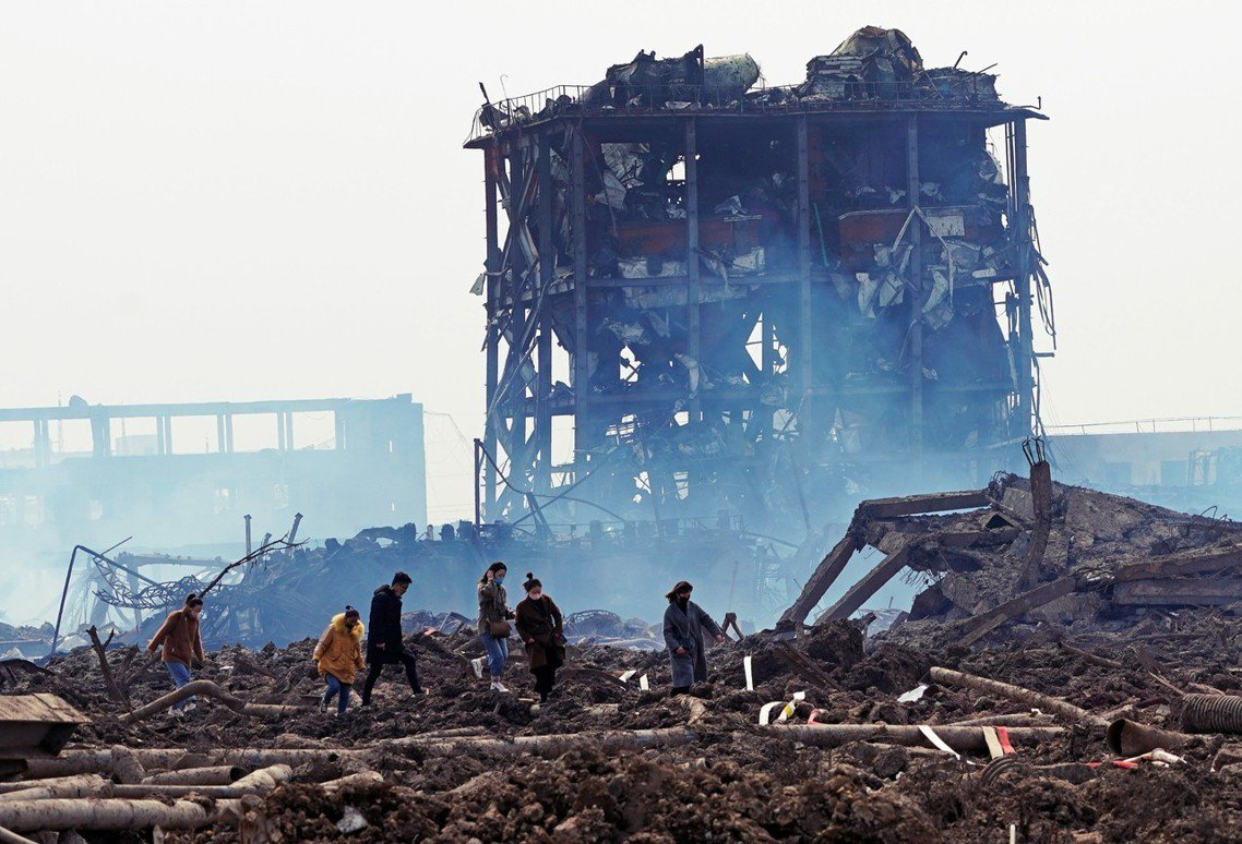 被害者家屬重回災區,尋找倖存的可能。 圖/路透社