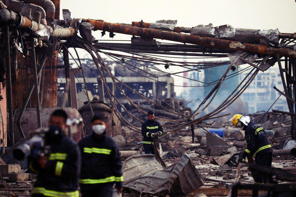 搜救隊在災區搶救當中,但隨著黃金時間72小時流逝、以及化學汙染,都讓任務難度增加...
