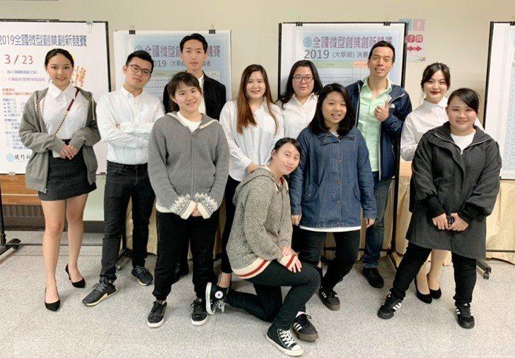 中國科技大學行銷與流通管理系學生創業團隊與老師賴建華合影。 校方/提供