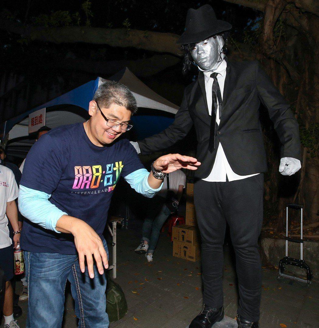 連勝文(左)2014年10月出席青年後援會成立大會,會後連勝文見到路旁的街頭藝人...