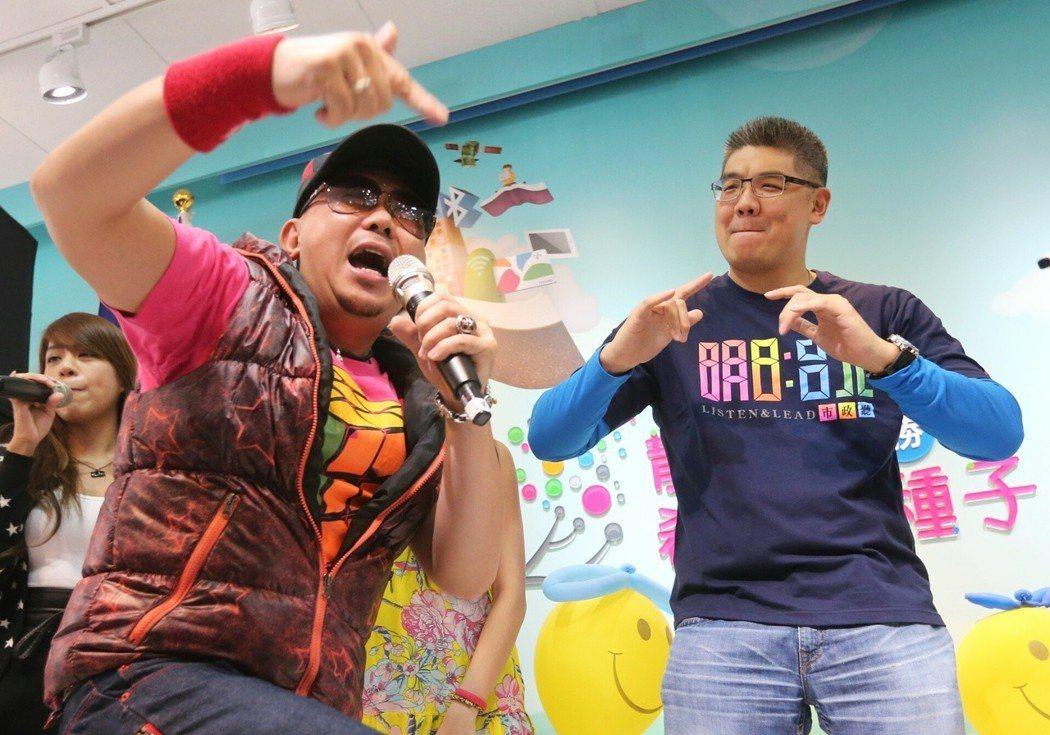 連勝文(右)2014年10月參選台北市長時,化身Rocker與歌手一起手舞足蹈。...