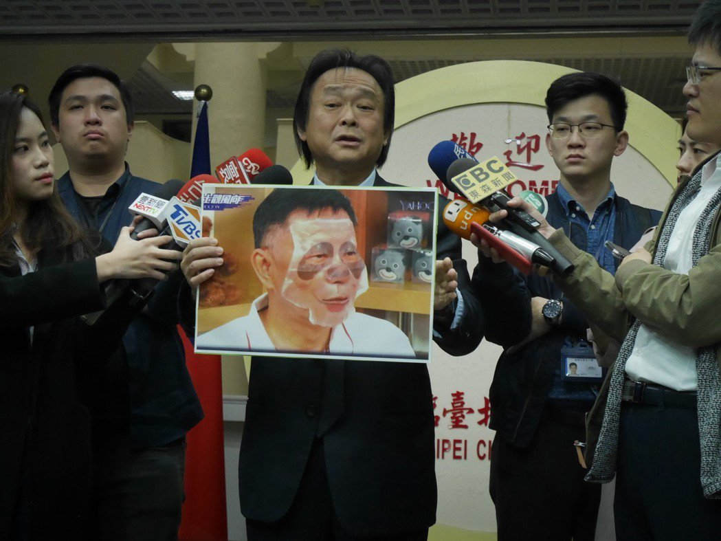 曾任立委的民進黨台北市議員王世堅(中),向來以類似恐怖片主角「鬼娃恰吉」的造型、...