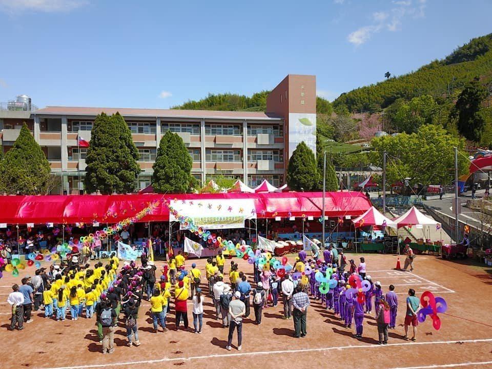 阿里山區教育資源中心聯合運動會及成果展,6校師生和家長、來賓600多人齊聚,盛況...