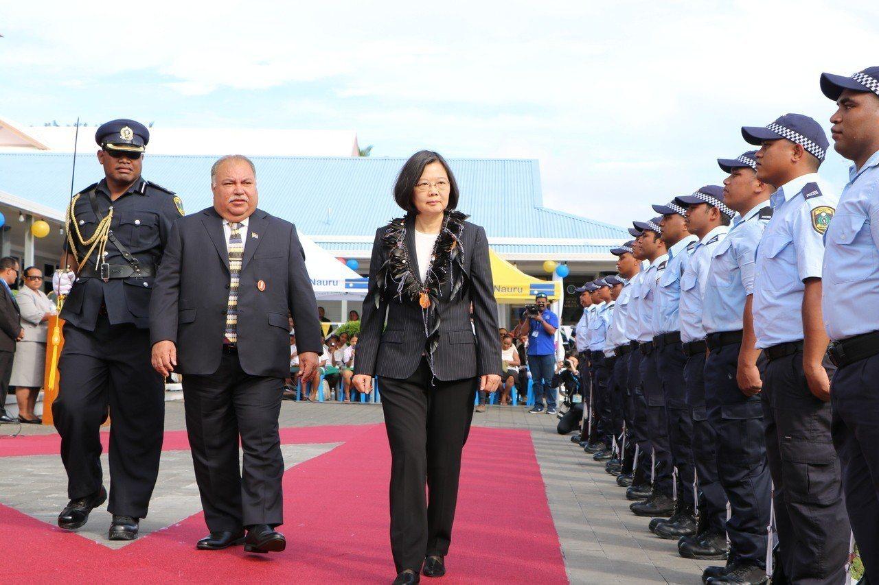 蔡英文總統及諾魯總統瓦卡(左二)共同檢閱警察儀隊。 記者周佑政/攝影