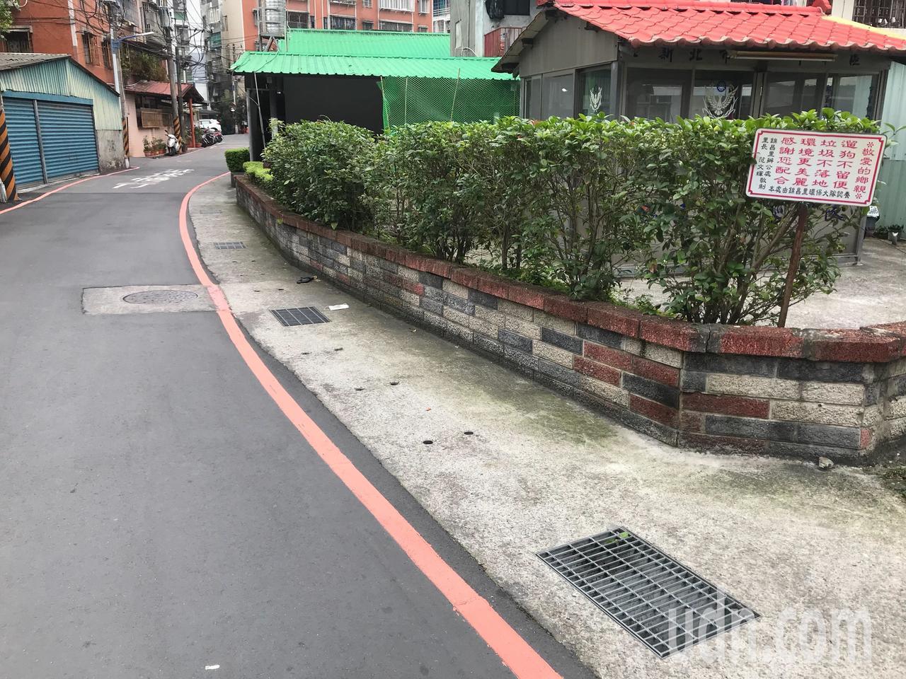 新北地院指出行政機關依法必須將紅線設置在距離路面邊緣30公分上。記者袁志豪/攝影