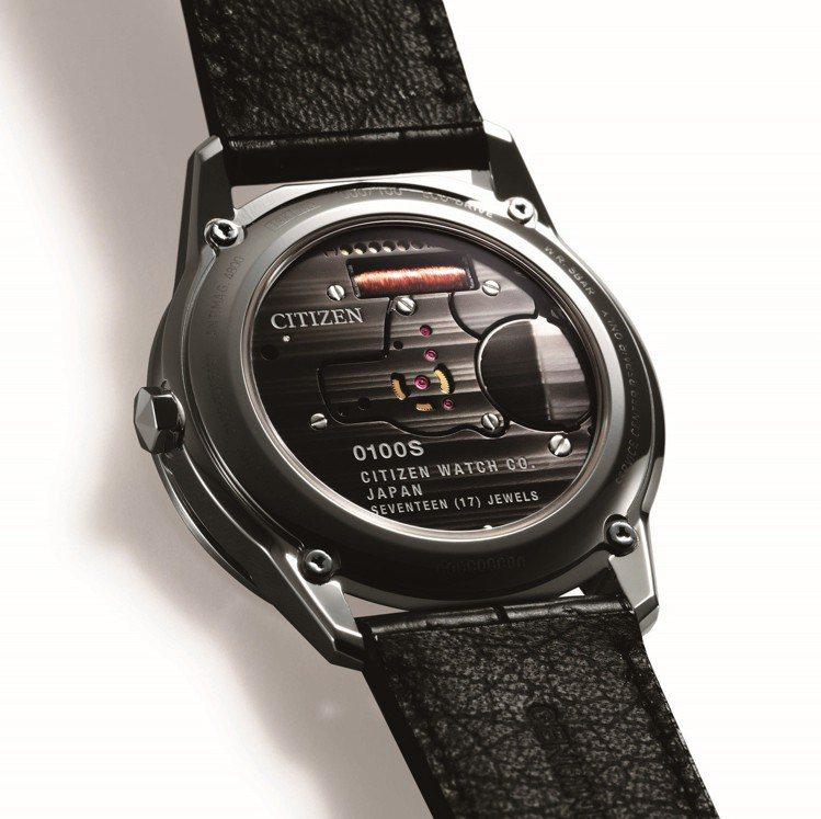 星辰Caliber 0100系列腕表,做了品牌少見的透明藍寶石水晶玻璃底蓋。圖/...