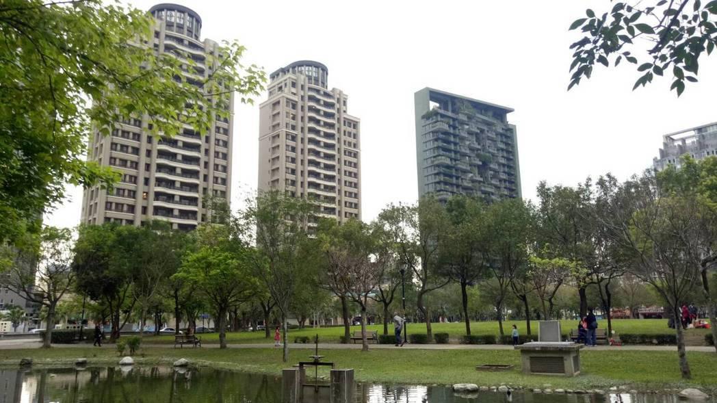 新豪宅屋「若合山」(右一)去年七月成交18樓戶,每坪最高單價54.1萬元,去年1...