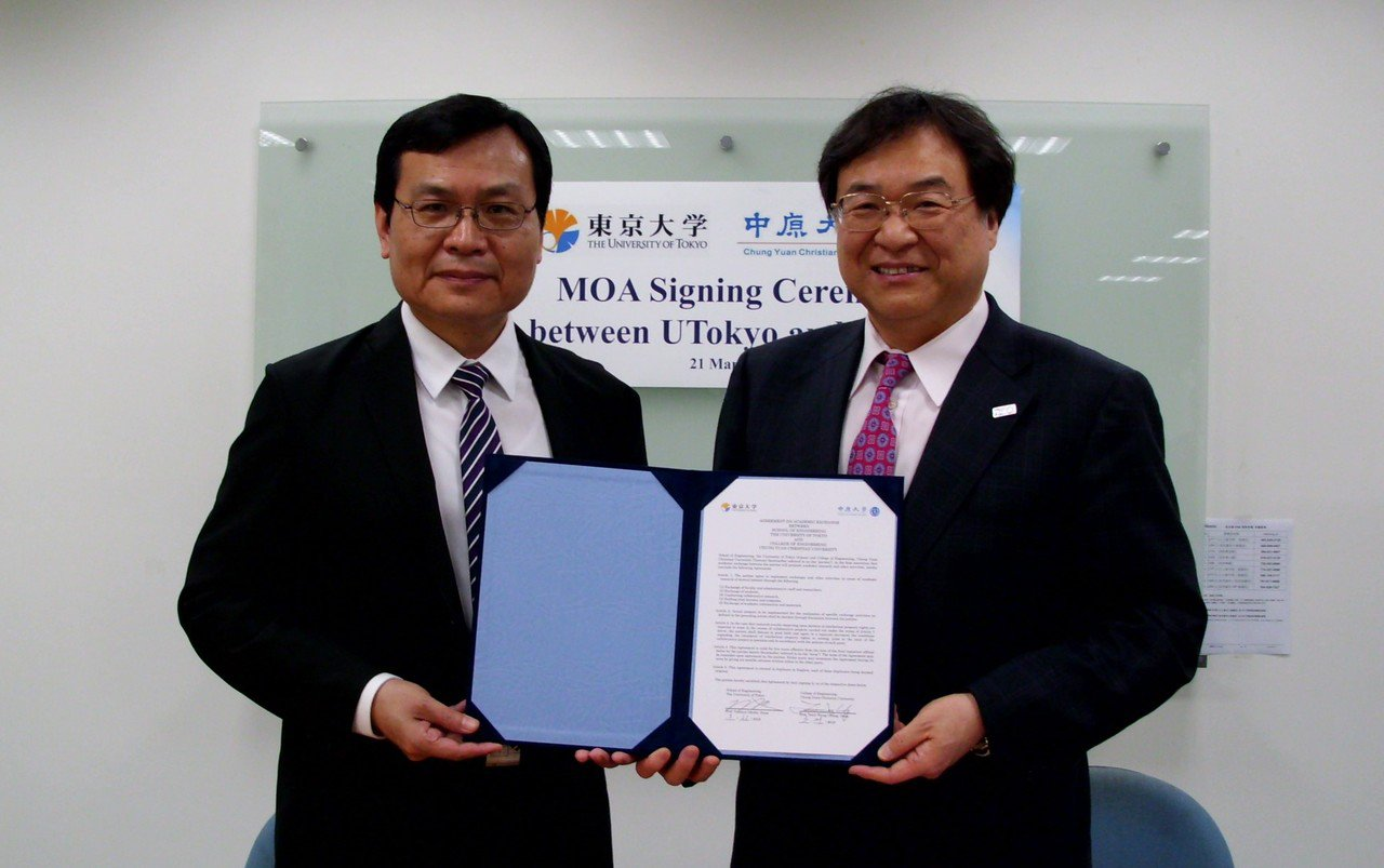 東京大學大久保達也院長(右)與中原大學鍾財王院長代表兩校工學院簽訂合作協議。圖/...