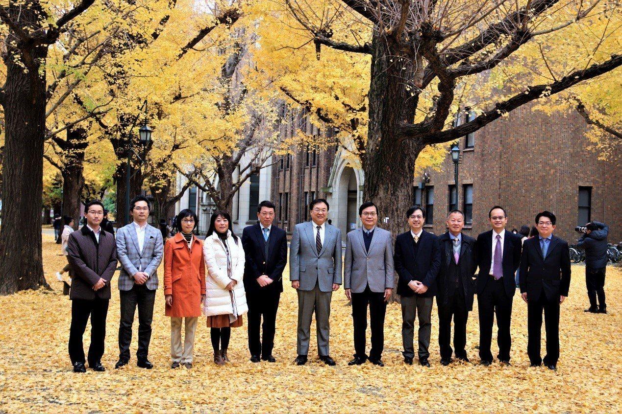 中原大學鍾財王院長(右5)去年底率團回訪東京大學,受到大久保達也(中)等人熱情歡...