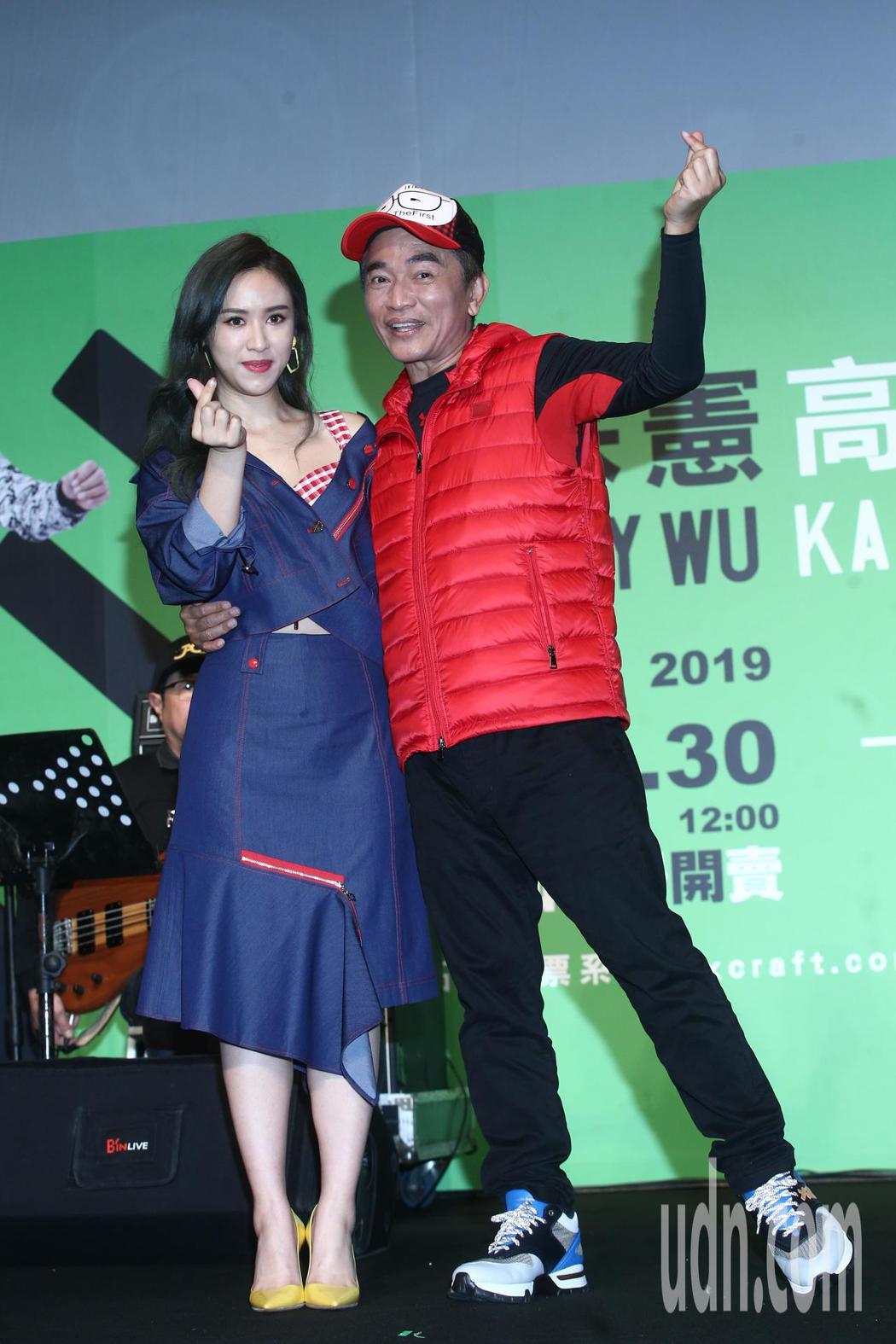 吳宗憲(右)與女兒吳姍儒(左)下午出席高雄巨蛋演唱會記者會。記者蘇健忠/攝影