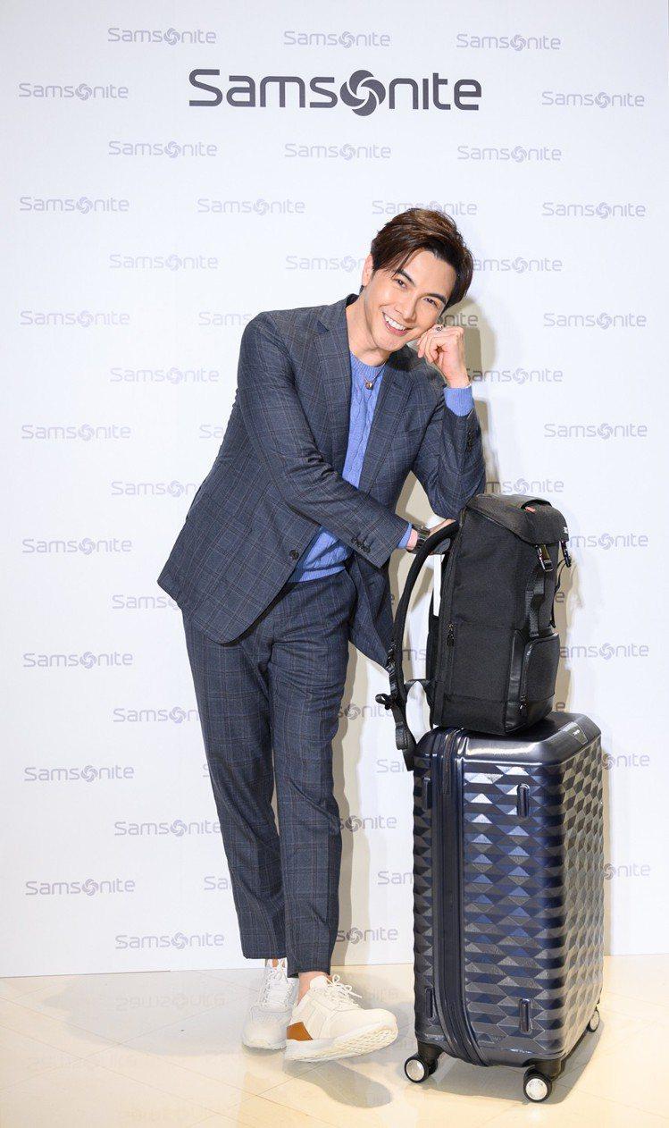 謝佳見身穿Brooks Brothers春夏灰藍色西裝參與袋包品牌活動,展現滿滿...