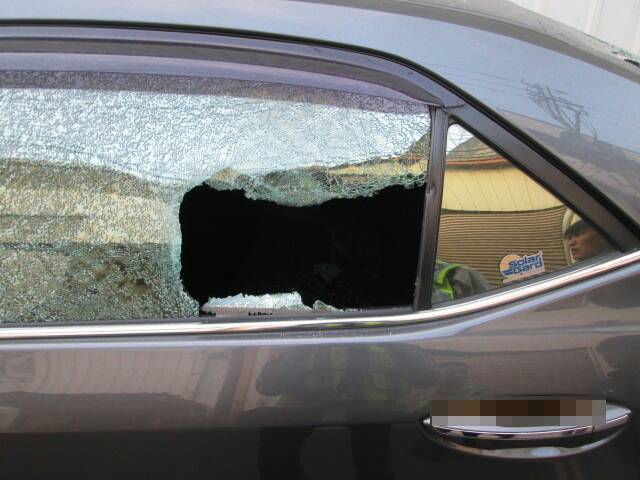台中市太平區鵬儀路296巷內和附近地區日前接連有5輛停放在路邊的轎車被人用石頭砸...