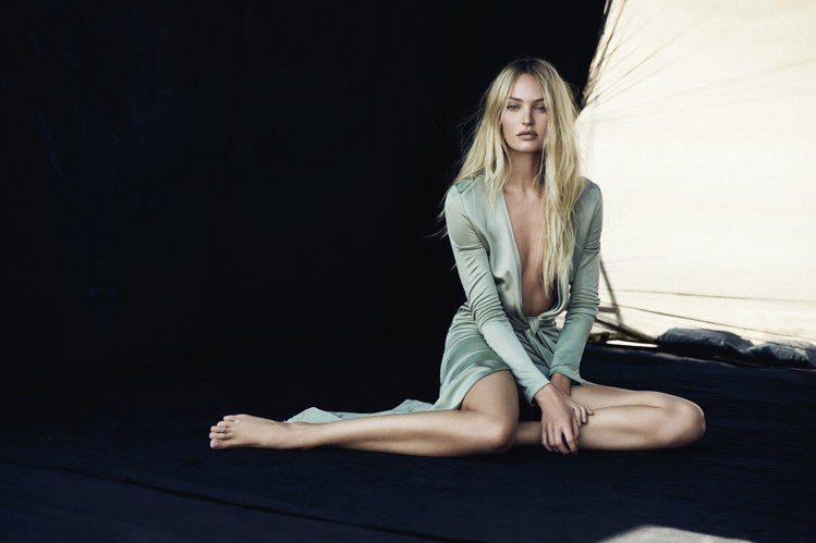 Candice Swanepoel受訪時公布自己維持身材和健康的秘訣,就是每天喝...