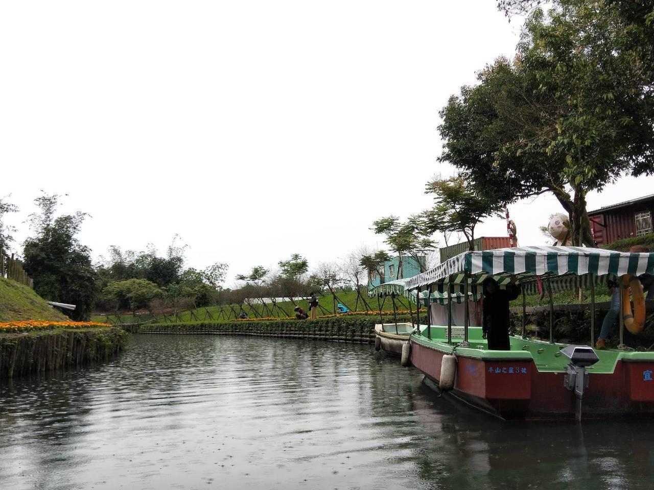 綠博除了有雙博、雙園套票可以先預購,現場還可購買乘船套票,民眾可以坐船在綠博會場...