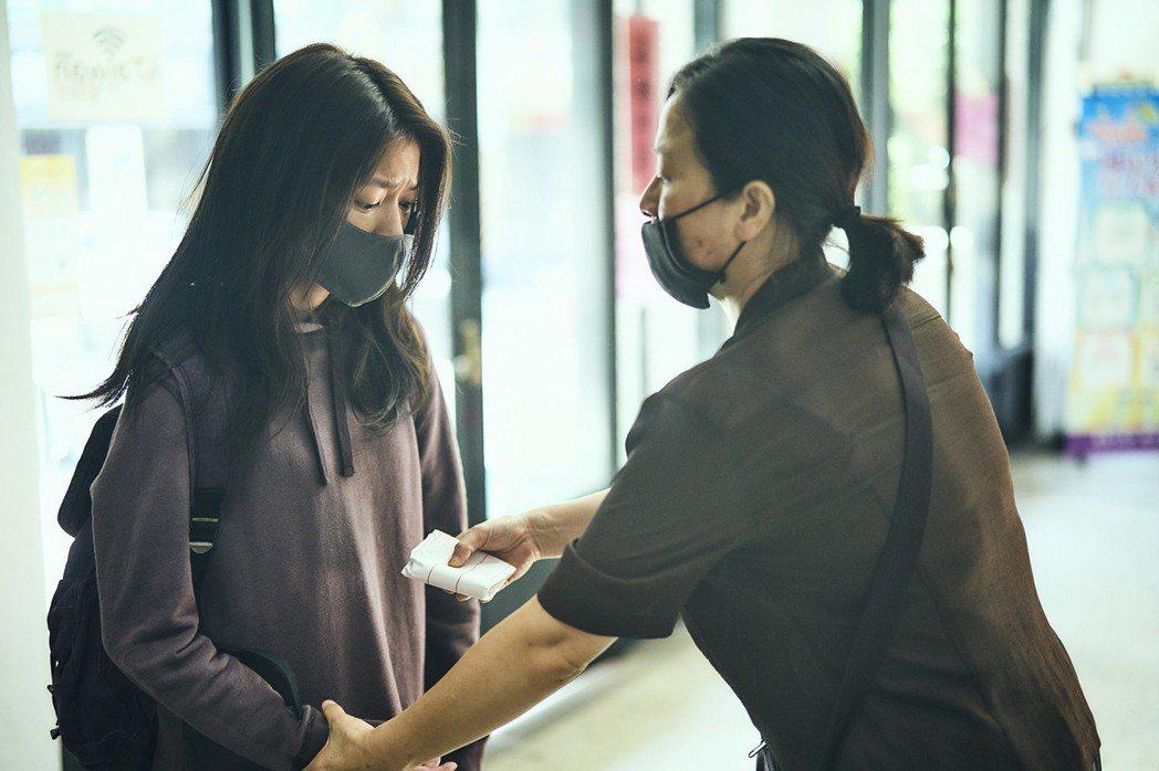 謝瓊煖(右)與陳妤母女對戲相當催淚。圖/公視提供