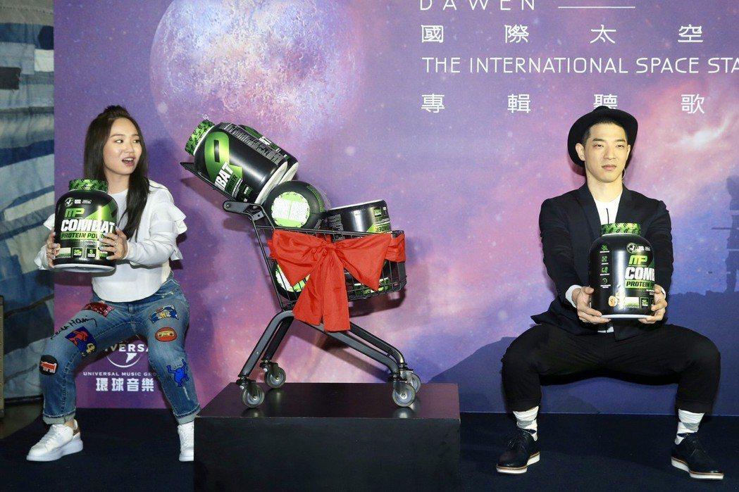 王大文(右)、陳芳語當場示範健身動作。記者林伯東/攝影