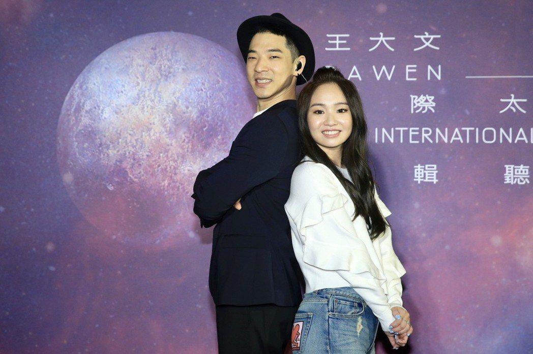 王大文(左)發行新作,陳芳語到場打氣。記者林伯東/攝影