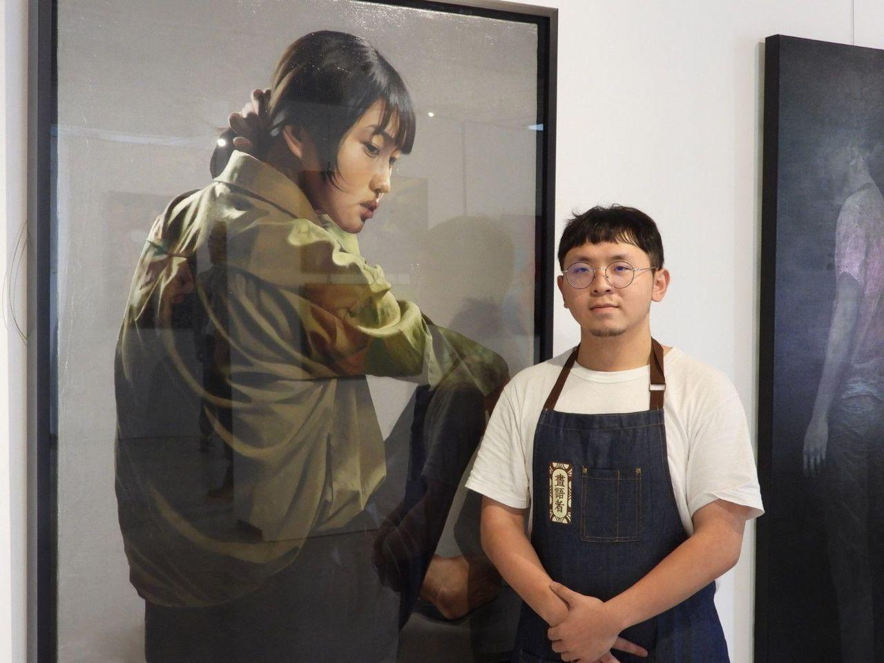 梁智翔與展出作品「眸」。記者周宗禎/攝影