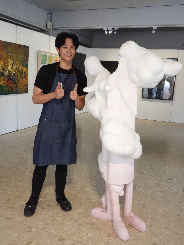宋相邦與展出作品「瀰漫著」。記者周宗禎/攝影