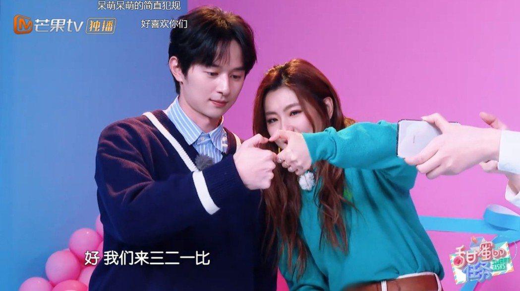 張軒睿(左)與Selina應粉絲要求合比愛心手勢。圖/摘自芒果TV
