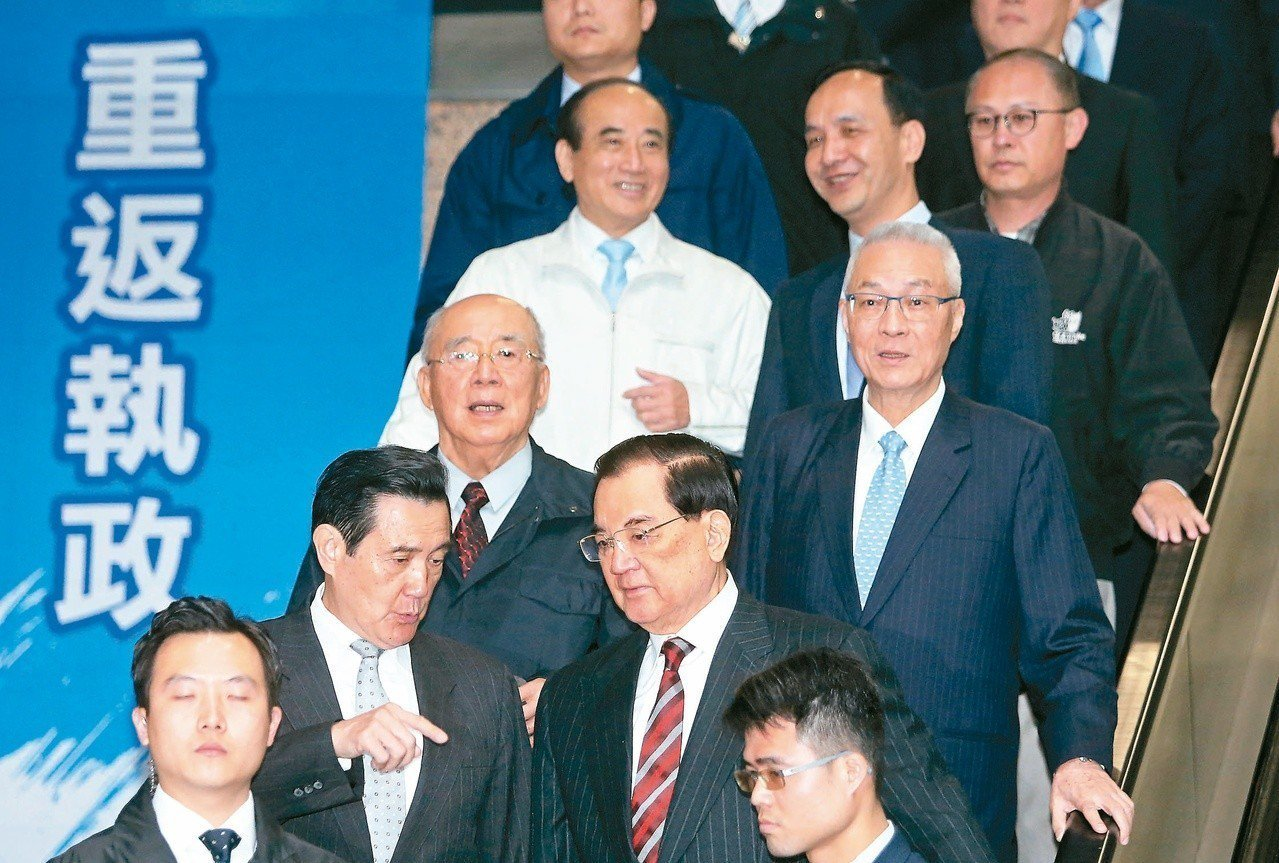 國民黨天王們之前才聚會營造大團結,黨主席吳敦義(中右)、前主席連戰(前右)、馬英...