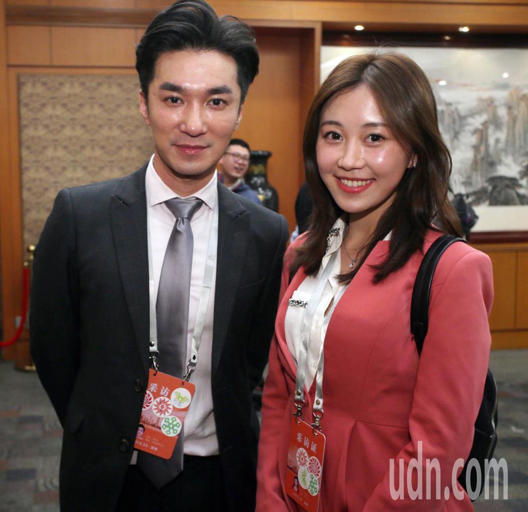 中天新聞主播王又正(左)與深圳衛視直播記者陳佩瑤(右)合影。記者劉學聖/攝影
