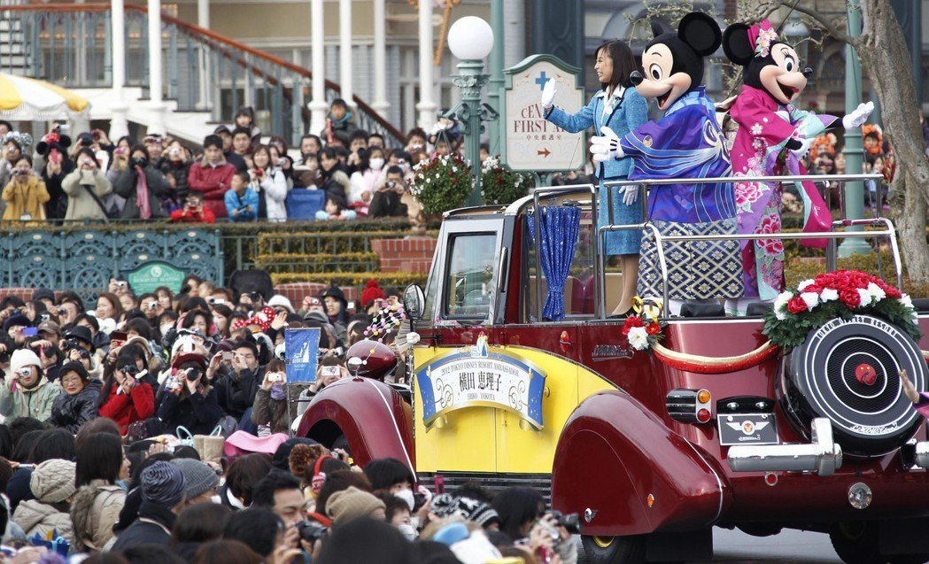 東京迪士尼將推出手機領快速通行票系統,希望節省遊客排隊時間。  美聯社