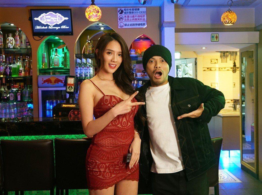 黃明志(右)邀來辣模翁子涵合作。圖/亞洲通文創提供