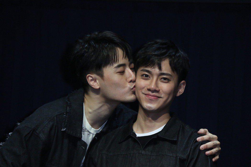 Wish(左)跟好友李唯楓熱吻30秒。圖/單純夢想文創事業提供