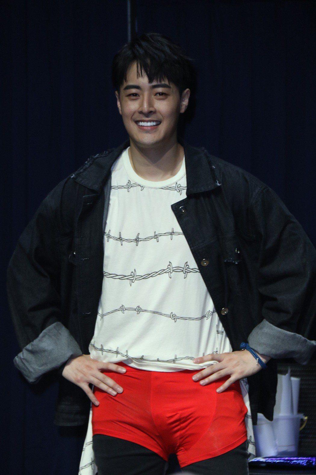 Wish朱宇謀穿上紅內褲後,鵰型畢露。圖/單純夢想文創事業提供