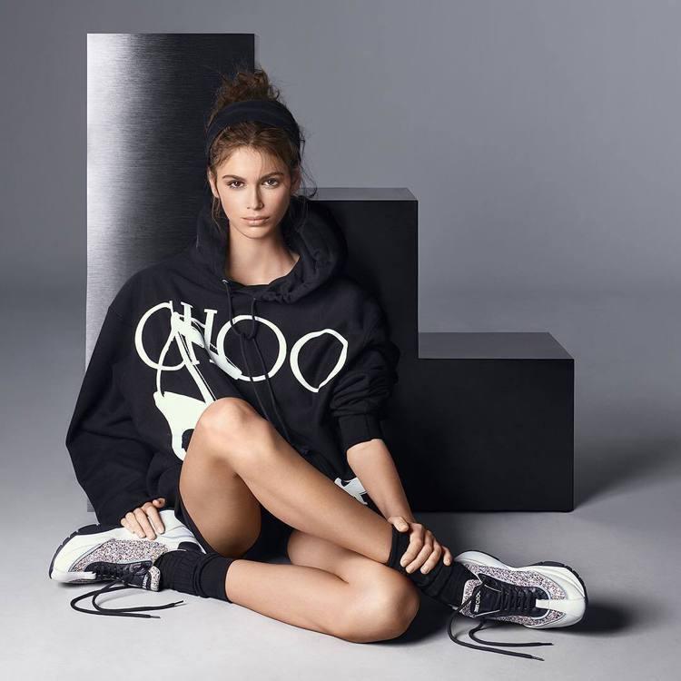 「腿精」凱亞葛柏在Jimmy Choo廣告中大秀美腿。圖/摘自IG