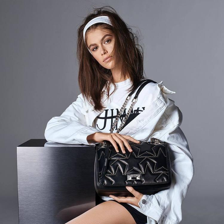 今年春夏,凱亞葛柏成為時尚品牌Jimmy Choo的形象代言人,正好趁機會大秀美...