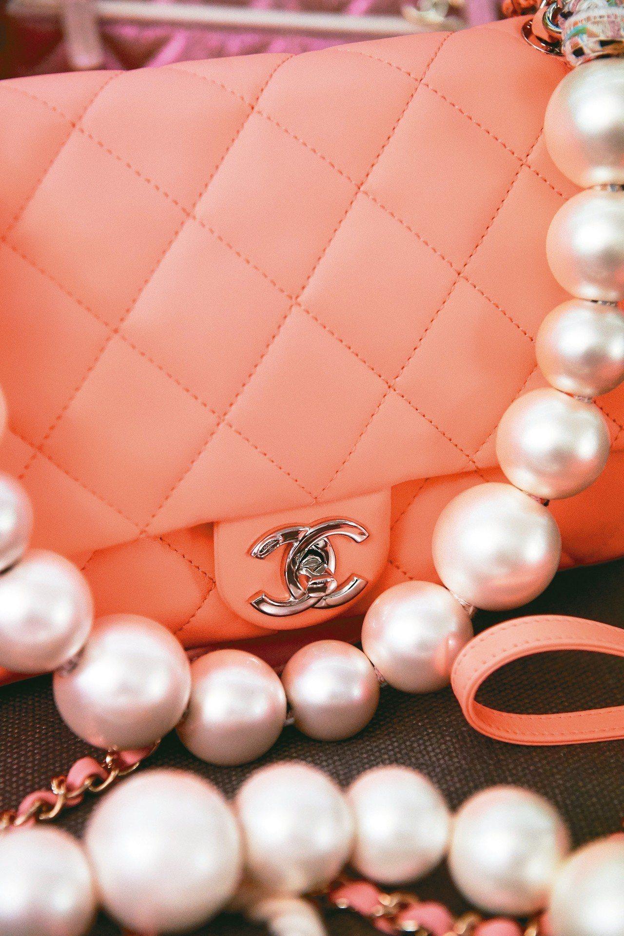 頂級包款今年吹起一股清新柔美的「曖昧色」風潮。 圖/香奈兒提供