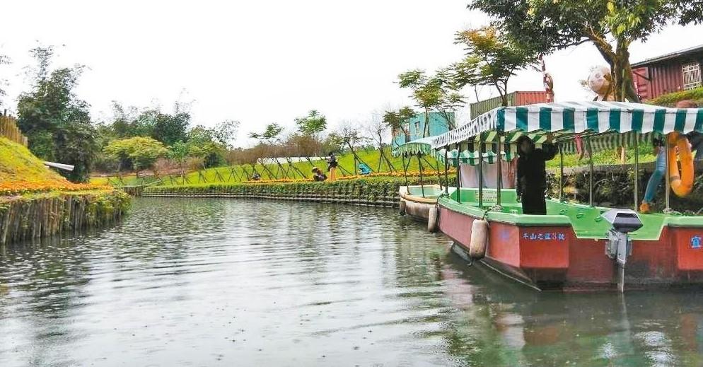 宜蘭綠博除了有雙博、雙園預購票,現場還可購買乘船套票,坐船在綠博會場與冬山老街間...