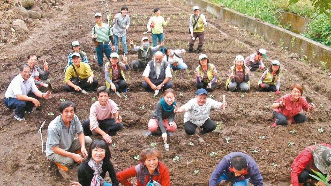 嘉義市社區大學自然農法分享班及嘉義大學農業推廣中心,一起協助開闢西羅亞自然生態農...