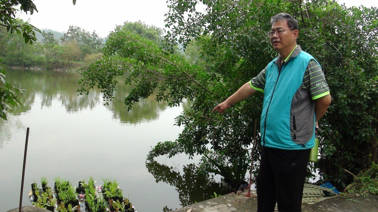 農法班顧問張毓禎老師規畫的浮台式魚菜共生。 記者謝恩得/攝影