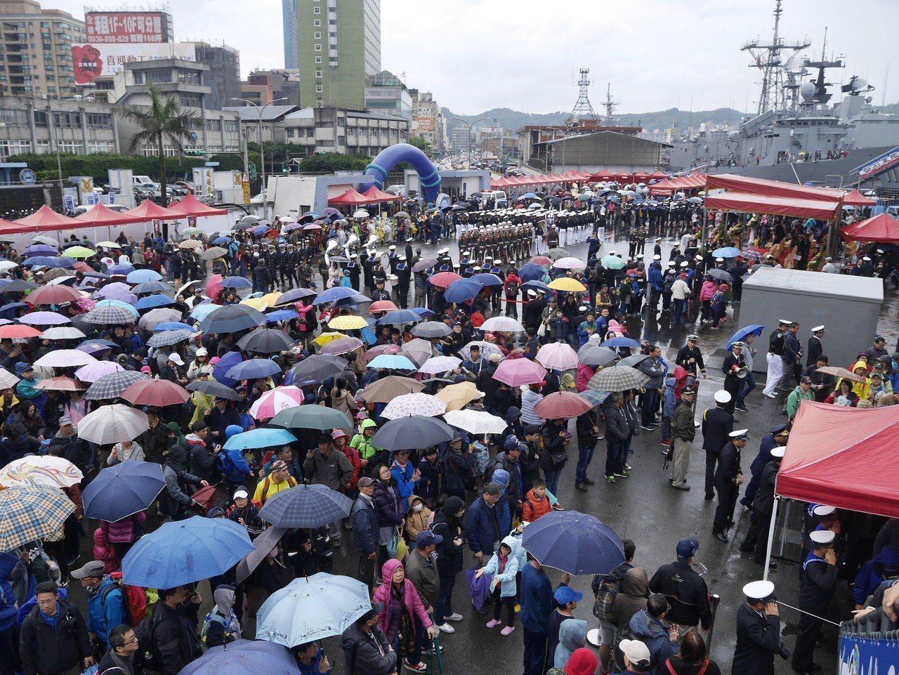 海軍敦睦支隊昨天在基隆港東五碼頭開放民眾參觀,人龍、車流大回堵,交通幾近癱瘓。記...