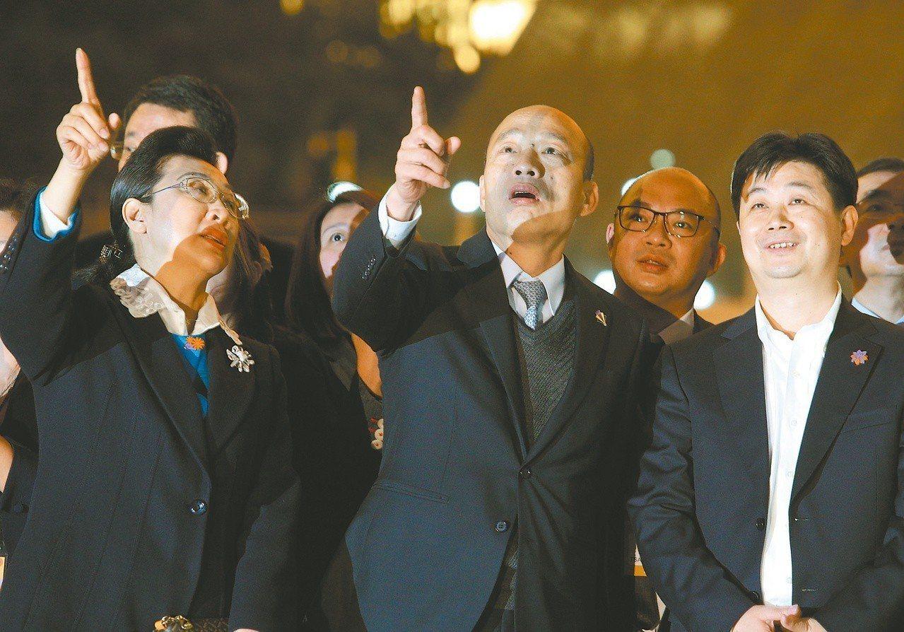 高雄市長韓國瑜(前排中)日前在深圳看燈光秀。由於粵港澳大灣區是中國大陸重點發展的...