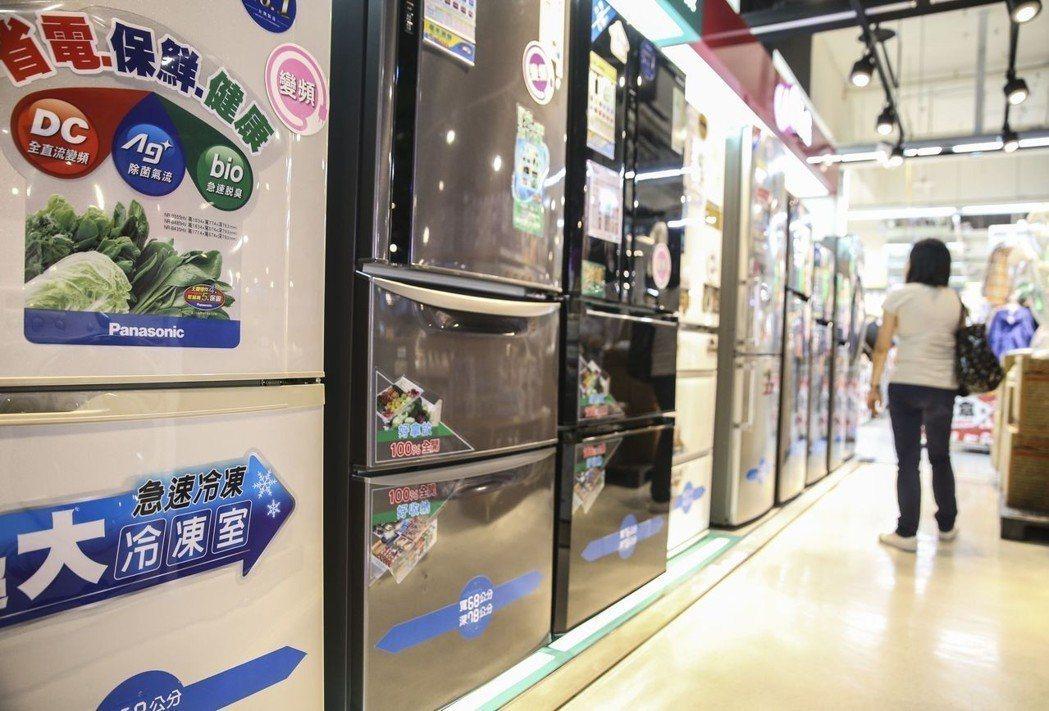 民眾在賣場選購節能冰箱。 圖/聯合報系資料照片