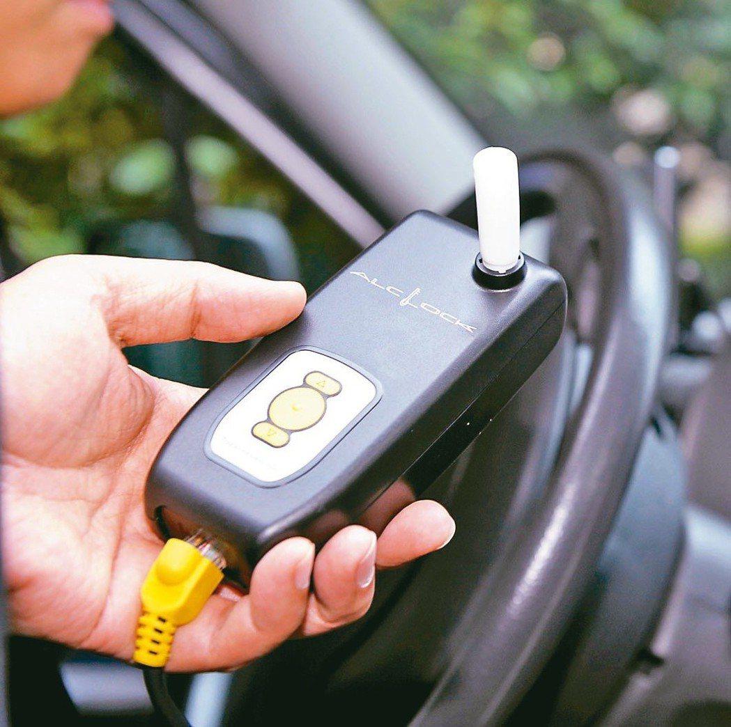 防止酒駕累犯肇事的酒精鎖新制,3月上路。圖為日本東海電子員工示範先呼氣酒測才能發...