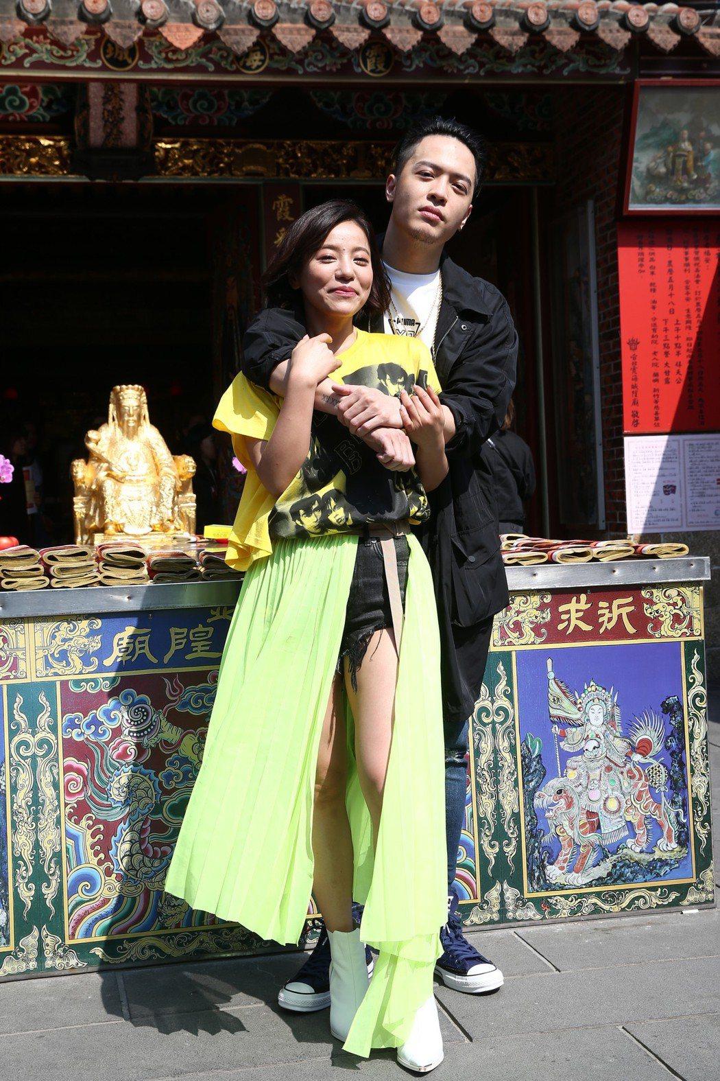 丁噹(左)穿短褲秀美腿帶領「脫單小隊」(想脫離單身的女生)拜迪化街霞海城隍廟的月...