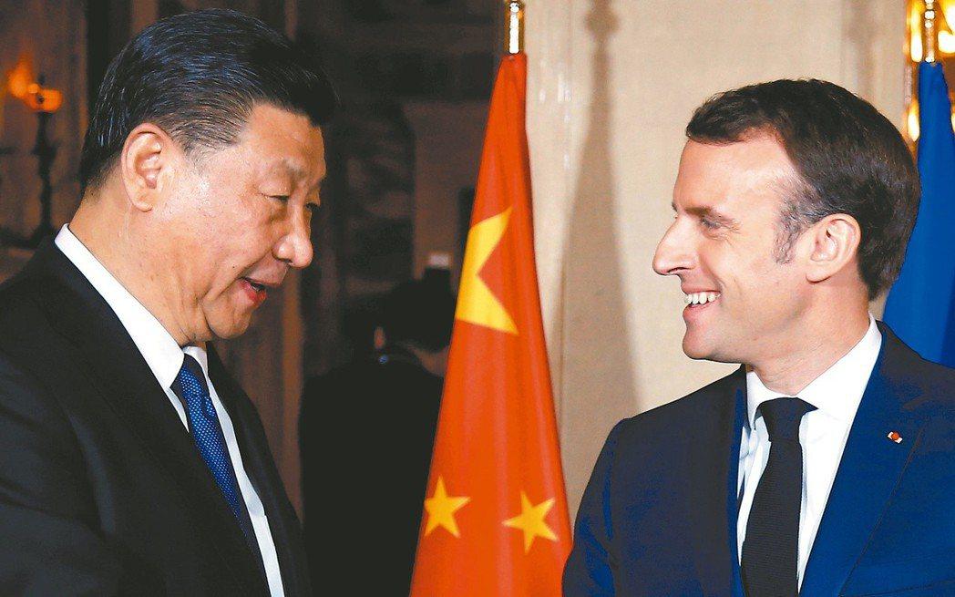 大陸國家主席習近平(左)出訪法國。巴黎地鐵推特誤稱習近平為「中華民國總統」。 (...