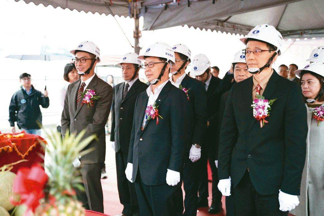 捷運科技大樓站瑞安段公辦都更案動工儀式,台北市副市長彭振聲(中)和投資人冠德建設...