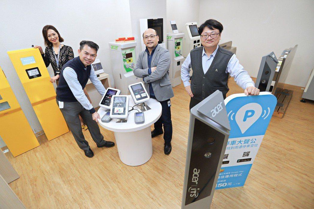宏碁智通總經理游明豐(左三)與其團隊以創新思維解決地方停車困境。 彭子豪/攝影