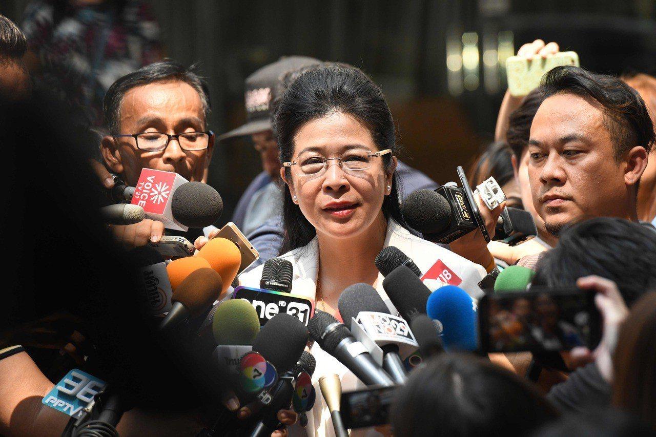 為泰黨總理候選人蘇達拉(中)25日宣布開始組閣。 法新社