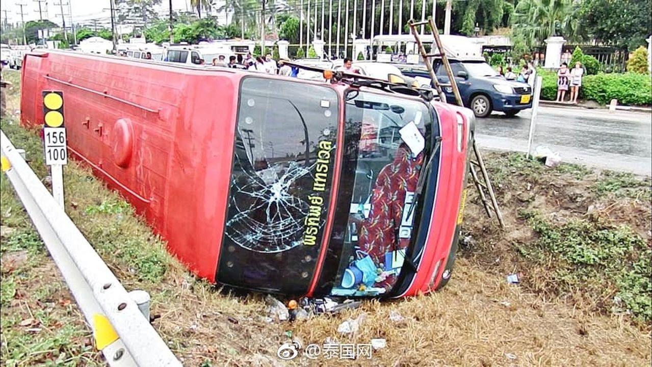 泰國一輛載滿23名中國遊客團的大巴,25日失事側翻,車內共有13名乘客受傷。(取...